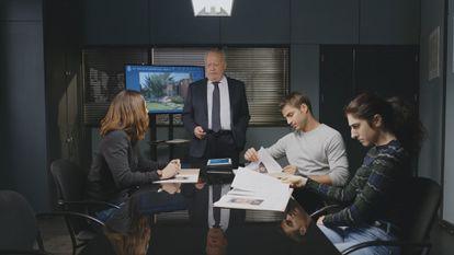 Michelle Calvó, Juan Echanove, Maxi Iglesias y Amanda Ríos, en la serie 'Desaparecidos'.