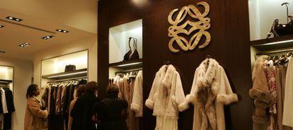 Abrigos de piel en una tienda Loewe en Madrid.