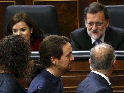El líder de Podemos, Pablo Iglesias pasa delante de Mariano Rajoy en el Congreso de los Diputados, este miércoles.