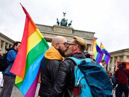 Dos hombres se besan delante de la Puerta de Brandemburgo tras la aprobación del matrimonio homosexual en Alemania, el pasado 30 de junio de 2017.