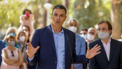 El presidente del Gobierno, Pedro Sánchez, durante su intervención tras visitar este jueves un hogar de mayores de Navalmoral de la Mata (Cáceres).