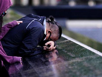Un hombre llora sobre el memorial de las víctimas del 11-S, este viernes en Nueva York.