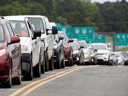 Vehículos haciendo cola para cargar combustible este miércoles, en Durham, Carolina del Norte.