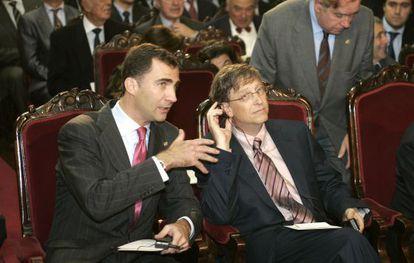 Don Felipe junto al filántropo y fundador de Microsoft, Bill Gates, galardonado en 2006 con el premio Príncipe de Asturias de Cooperación Internacional, en un acto en la Universidad de Oviedo.