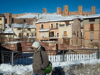 Una mujer camina por Molina de Aragón el pasado martes, cuando se alcanzaron -25.2º.