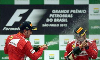 Alonso, con su compañero Massa, en el podio de Interlagos.