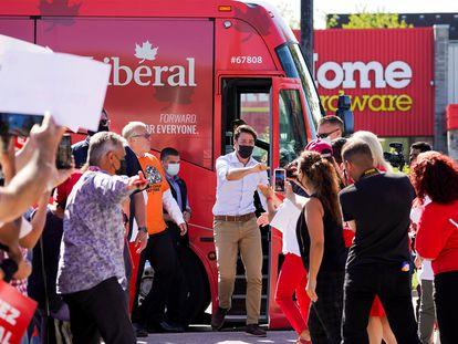 El primer ministro canadiense, Justin Trudeau, desciende de un autobús de campaña en Richmond Hill, Ontario.