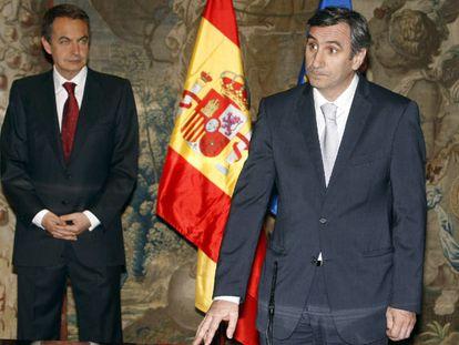 Javier Vallés, director de la Oficina Económica del Gobierno, en primer término, en su toma de posesión.