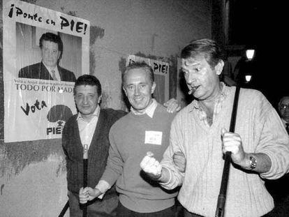 Ángel Matanzo (izquierda) y Alfonso Cabeza (derecha), en la pegada de carteles de la campaña de 1995.