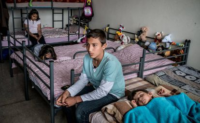 Niños en una de las habitaciones del campo de viviendas de emergencia construidas en Karlshorst, un suburbio de Berlín (Alemania).