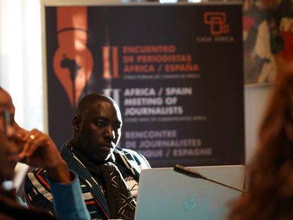 Un momento de las presentaciones en el primer día del encuentro entre periodistas africanos y españoles organizado por Casa África, este jueves en Madrid. En la imagen, el ciberactivista marfileño Cyriac Gbougou.