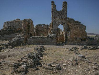 Lateral de la iglesia medieval levantada en Recópolis sobre una anterior visigoda.