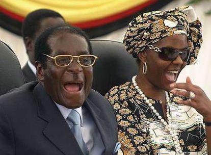 Robert Mugabe y su esposa, ayer en Harare.