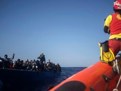 Una patera de migrantes frente a una barca de rescate de Open Arms al norte de Libia,   el pasado 13 de marzo.
