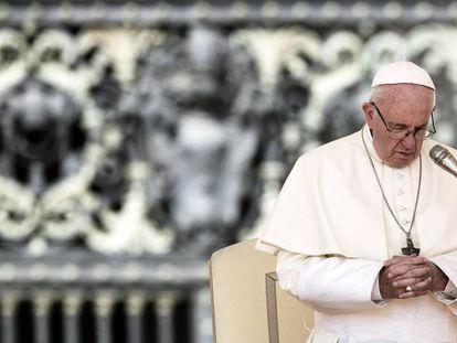 El papa Francisco reza en San Pedro en el Vaticano, en agosto.