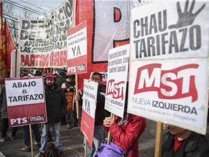 Grupos de izquierda protestan durante la audiencia pública sobre el aumento del gas.