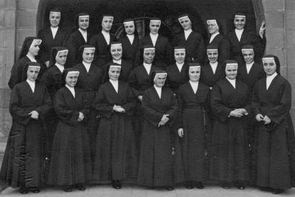 Sor Juana es la quinta por la izquierda, en la segunda fila. Mercedes tiene la mano apoyada en el muro.