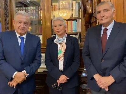 El nuevo secretario de Gobernación, Adán Augusto López (izquierda) junto a López Obrador y su antecesora en el cargo, Olga Sánchez Cordero.