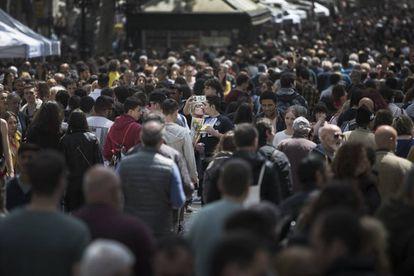 Aspecto de la jornada de Sant Jordi del año pasado en La Rambla de Barcelona.