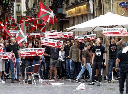 Varios manifestantes convocados por la izquierda 'abertzale', en el Boulevard de San Sebastián.