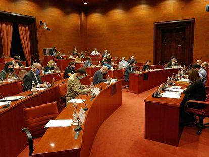 Comparecencia de Núria Llorach, Vicent Sanchis y Saül Gordillo en una comisión de control del Parlament.