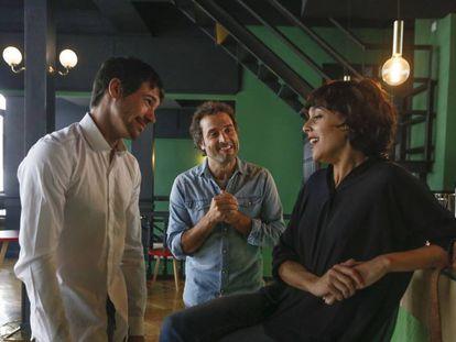 Daniel Guzmán dirige a Juan José Ballesta y Belén Cuesta en el ensayo de 'Los tragos de la vida'.