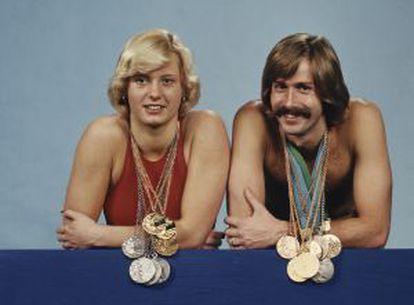 Dos nadadores de la RDA exhiben sus medallas en los JJ OO de Montreal 1976.
