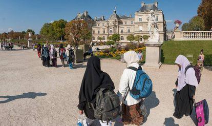 Un grupo de turistas musulmanes en París.