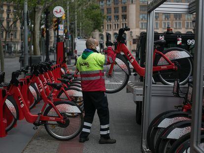 Un operario en activo del servicio de bicicletas públicas de Barcelona, Bicing, el pasado 23 de abril.