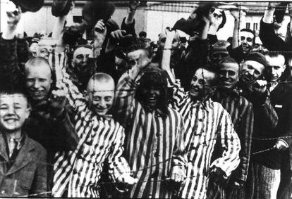 Prisioneros de Dachau muestran su alegría por la liberación del campo por las tropas aliadas.