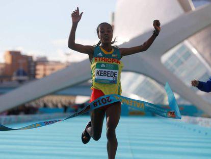 La atleta etíope Gudeta Kedebe a su llegada a la meta en la Ciutat de les Ciències de Valencia.