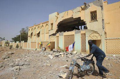 Un hombre pasa ante un edificio que ocupaban los miembros de Muyao destruido por la Aviación francesa, el pasado sábado en Gao.