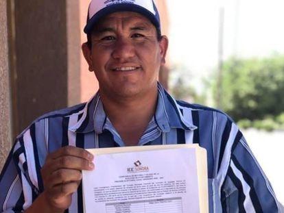 Edgar Palomino Ayón muestra la constancia que le entregó el Instituto Electoral de Sonora.