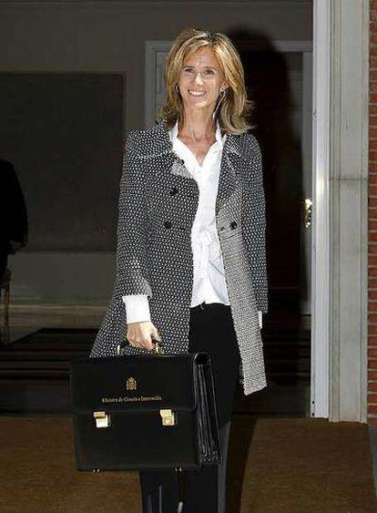 Cristina Garmendia, con su cartera ministerial, llega a La Moncloa para su primer Consejo de Ministros.