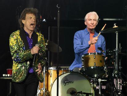 Charlie Watts toca junto a Mick Jagger, durante un concierto en Rose Bowl, Pasadena, en 2019.