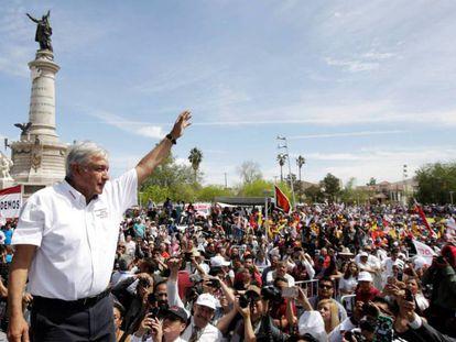 López Obrador saluda a sus simpatizantes en Ciudad Juárez, Chihuahua.