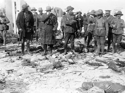 El general Dámaso Berenguer, alto comisario del Protectorado de Marruecos, inspecciona con otros oficiales militares la posición de Monte Arruit, en octubre de 1921. Ante los restos de los soldados muertos, se tapa el rostro con un pañuelo por el hedor.
