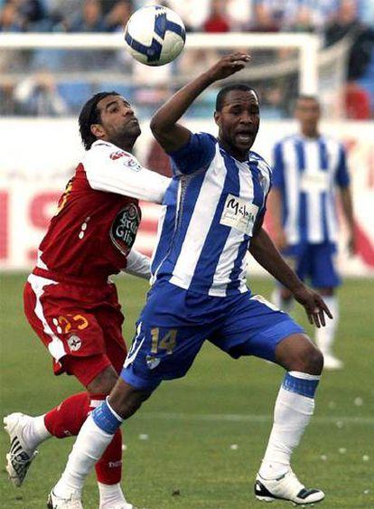 Bodipo, a la izquierda, y Rosario luchan por el balón.