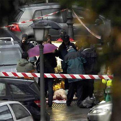 Ignacio Uria yace en el suelo, una vez que los sanitarios certificaron  su muerte.