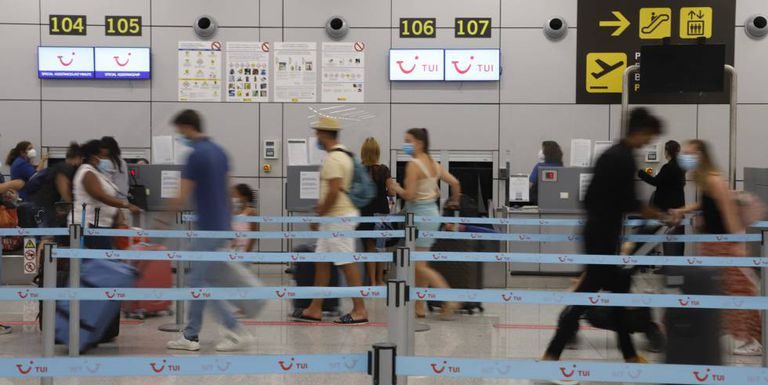 Turistas alemanes en el aeropuerto de Mallorca, el pasado verano.