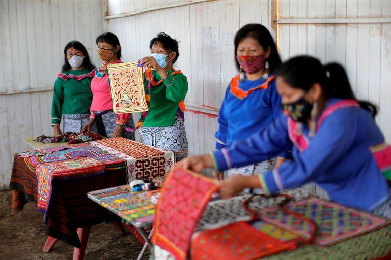 Mujeres de la etnia shipibo-konibo trabajan vendiendo telas el 10 de febrero de 2021, en la comunidad de Cantagallo, en Lima (Perú).