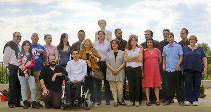 Carmena, de amarillo en el centro, rodeada por los otros 19 concejales de Ahora Madrid el día posterior a las elecciones.