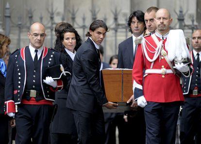 Rafael Nadal, David Barrufet, Jordi Villacampa y Beatriz Ferrer Salat trasladan el féretro de Juan Antonio Samaranch a la catedral de Barcelona.