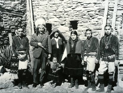 Albert Einstein posa junto a un grupo de nativos americanos, hacia 1931.