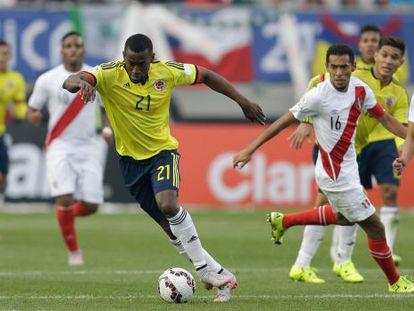 Jackson Martínez jugando contra Perú en la Copa América.