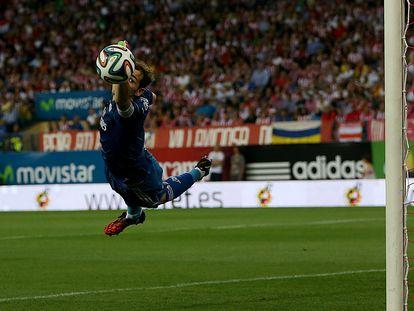Iker se estira para despejar un balón en un partido de a Supercopa de España de 2014.