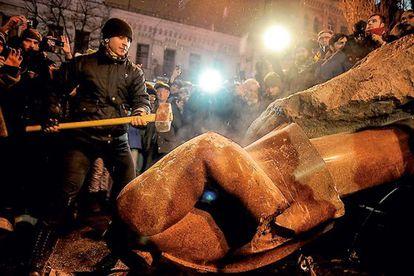Escena en Ucrania, durante el derribo ante los medios de comunicación de una estatua de Lenin.