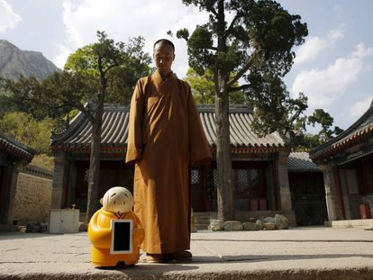 El maestro Xianfan junto a su alter ego robótico, Xian'er, en el templo budista de Longquan.