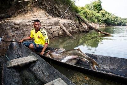 Un indígena macuna pesca en el río Apaporis para conseguir el alimento diario de su familia.