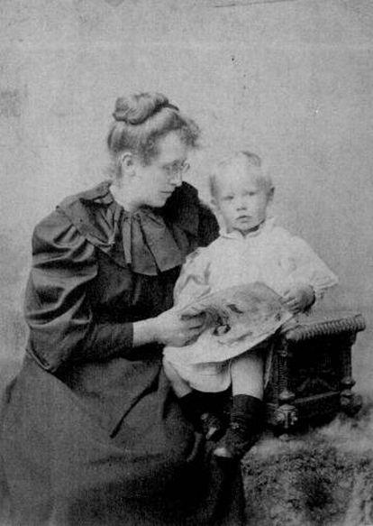 Constance Garnett y su hijo en la década de 1890.